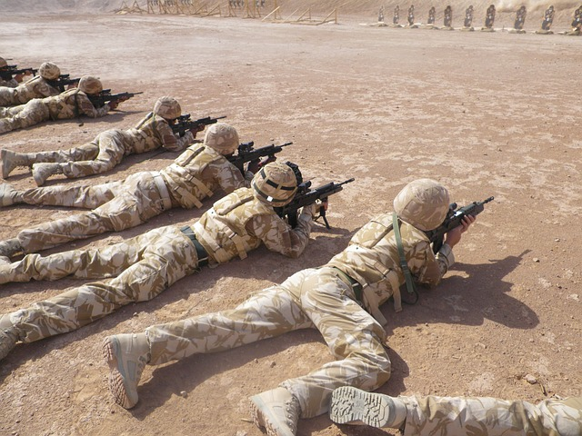 vojáci se samopaly